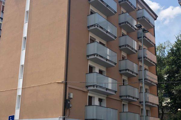 fachada edificio beige rehabilitaciones alaya taldea arquitectura arrasate